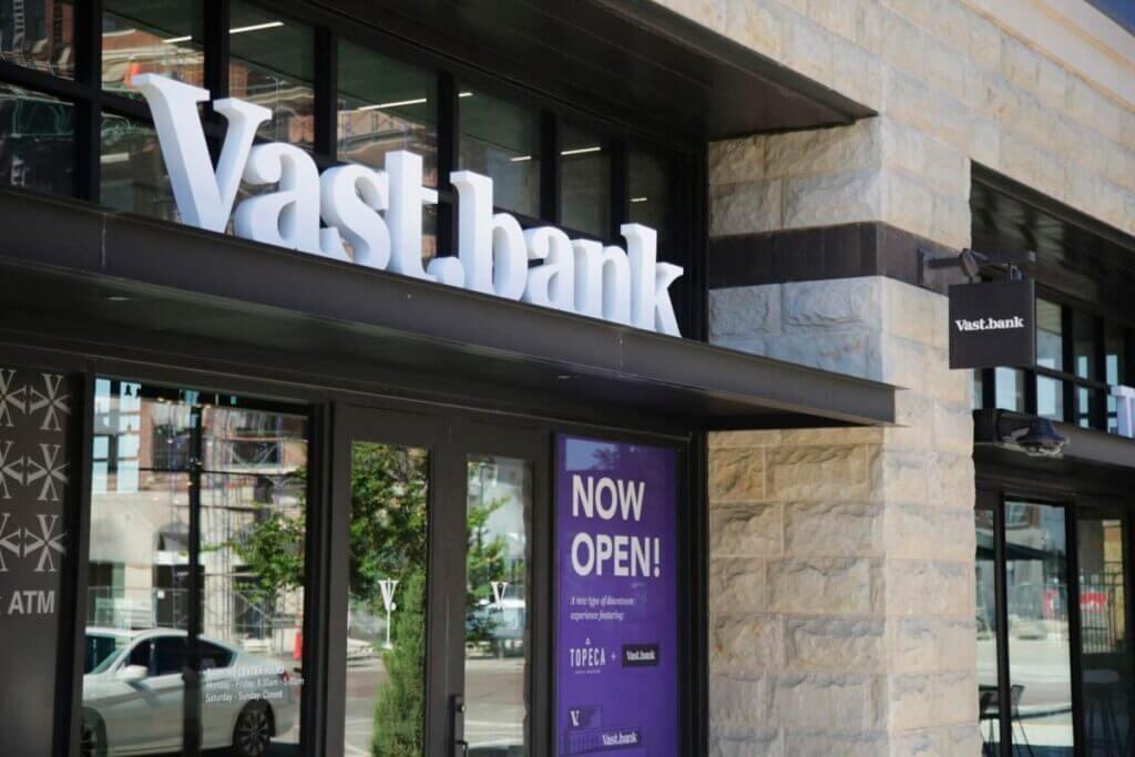 Vast Bank позволил клиентам использовать криптовалюту